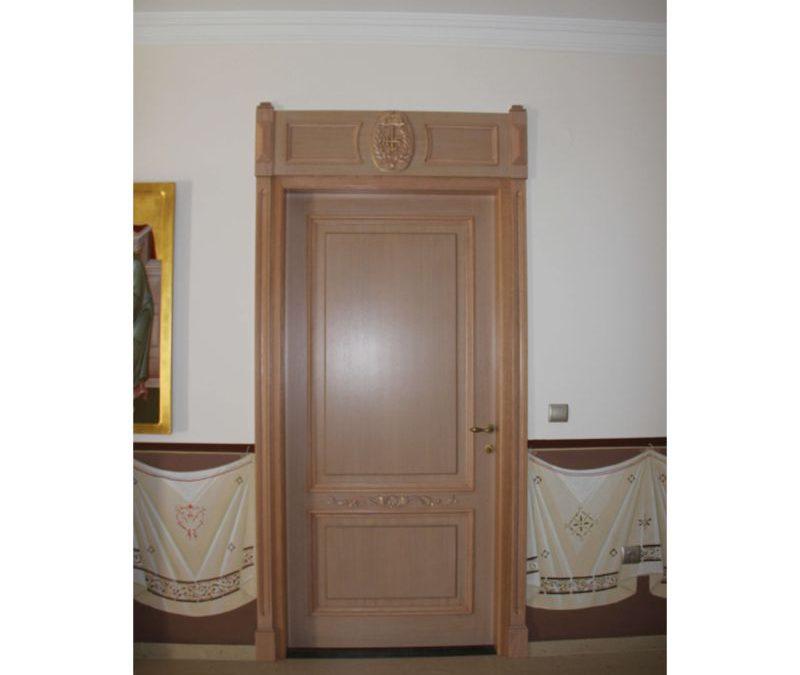 Μονόφυλλη χειροποίητη ταμπλαδωτή πόρτα με ξύλινο περβάζι