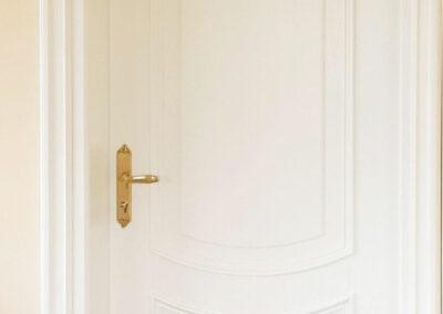 Ταμπλαδωτή πόρτα σε λευκή λάκα με κορδόνι