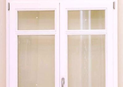 Δίφυλλο κούφωμα με οριζόντια καϊτια και ανοιγόμενο φεγγίτη, σε ξυλεία Μεράντι