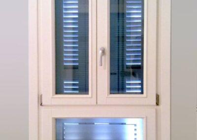 Δίφυλλο παράθυρο με ενσωματωμένο σταθερό κάτω φεγγίτη