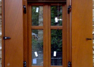 Δίφυλλο παράθυρο παραδοσιακού τύπου