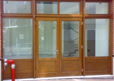 Ξύλινο κούφωμα καταστήματος με δίφυλλη είσοδο