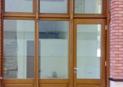 Ξύλινο κούφωμα σε βιτρίνα καταστήματος