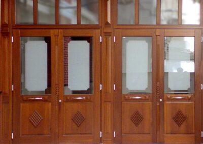Ξύλινο κούφωμα σε είσοδο γραφείων και καταστημάτων