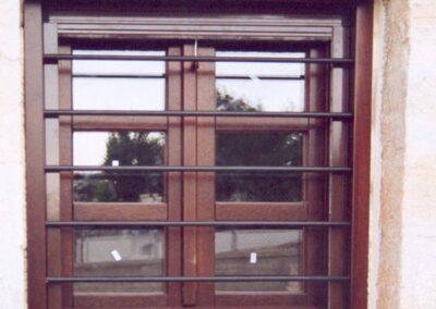 Δίφυλλο παράθυρο με ενσωματωμένη σιδεριά στην κάσα