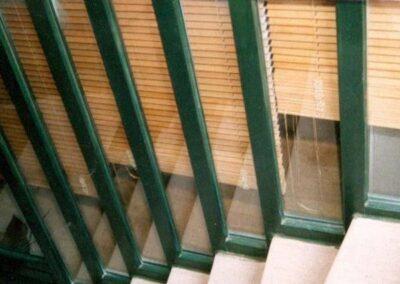Διάταξη σταθερών υαλοστασίων σε σκάλα