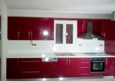 Κουζίνα σε κόκκινη λάκα με συρτάρια