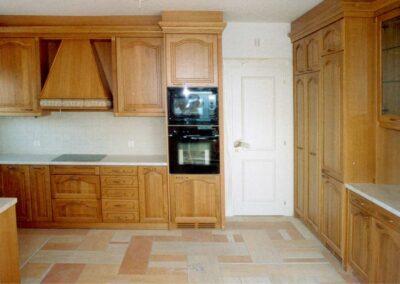 Κουζίνα με ξύλινα μασίφ πορτάκια