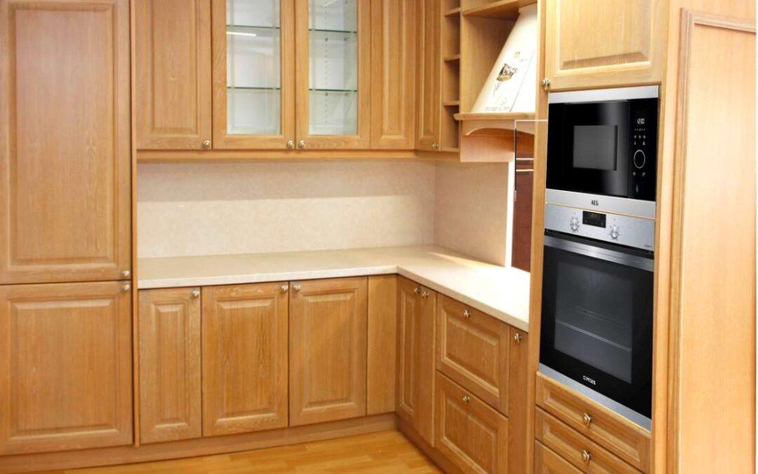 Σύνθεση κουζίνας με ξύλινα μασίφ πορτάκια